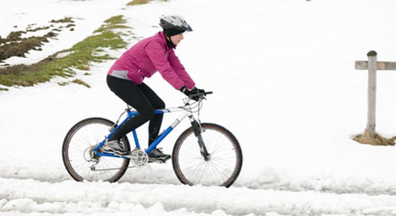 Jeder dritte Radfahrer tritt auch in den Wintermonaten in die Pedale