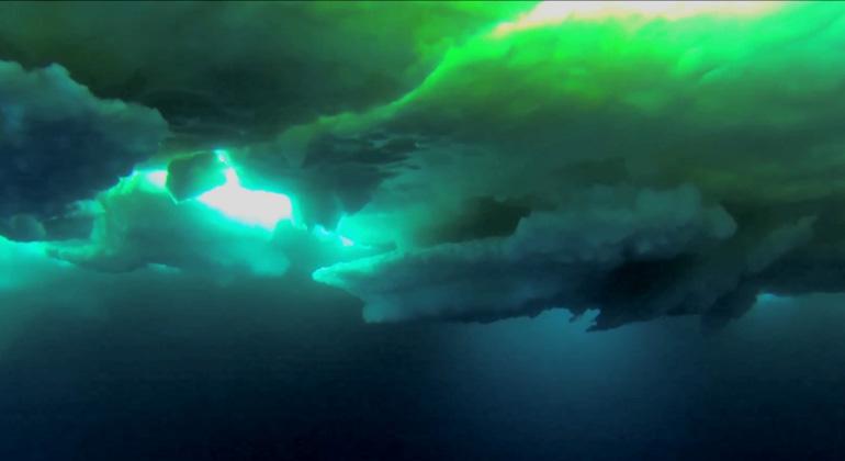 Alfred-Wegener-Instituts (AWI) | Hauke Flores | Blick auf die Unterseite Arktischen Meereises - diese Aufnahme entstand mit der am SUIT-Netz befestigten GoPro-Kamera.