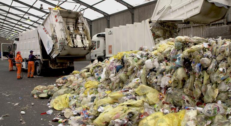 obs/ZDF/ZDF/ Boris Mahlau | Nur ein Teil des Wertstoffes aus dem gelben Sack wird recycelt.