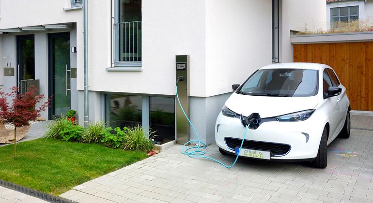 Fraunhofer ISE | Über eine Ladestation wird das Elektrofahrzeug mit PV-Strom vom Hausdach versorgt.