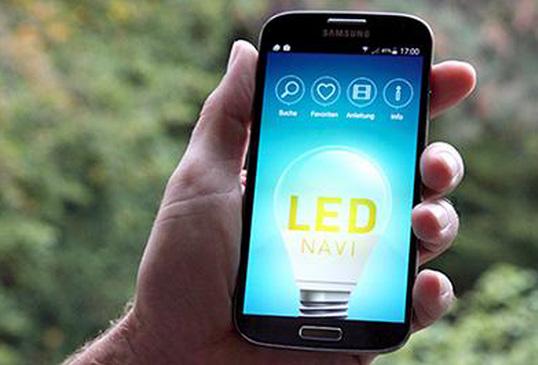 freedos IT GmbH | Mit der innovativen App »LED Navi« können Haushalte besonders effiziente LED-Lampen finden und damit hohe Stromkosteneinsparungen beim Lampentausch erzielen.