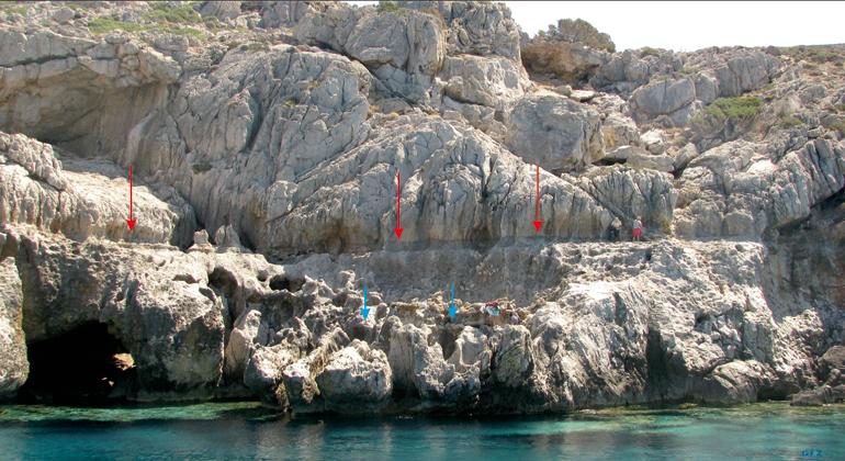 V. Mouslopoulou | GFZ | Wissenschaftler suchen nach Paläo-Küstenlinien in West-Kreta. Rote und blaue Pfeile zeigen Küstenlinien an, die während der letzten 2000 Jahre entstanden und die heute bis zu acht Metern über dem Meeresspiegel liegen.