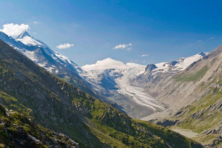 Alpenverein/N. Freudenthaler   Pasterze 2012: eine in die umgebende Bergwelt tief eingesunkene Gletscherzunge