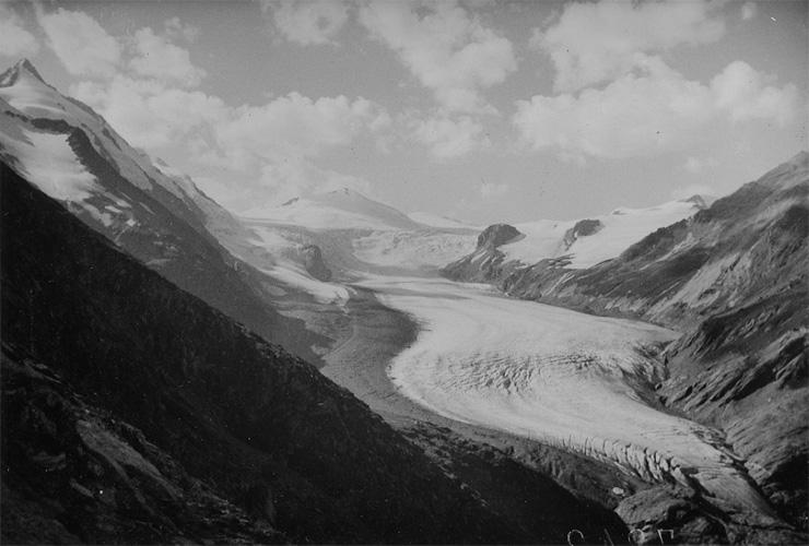 Alpenverein/ Laternbildsammlung   Pasterze 1920: Eindrucksvolle Frontalansicht aus südöstlicher Richtung (Viktor-Paschinger-Weg ) auf Großglockner, Pasterze und Johannisberg auf einem Foto aus den 1920er Jahren