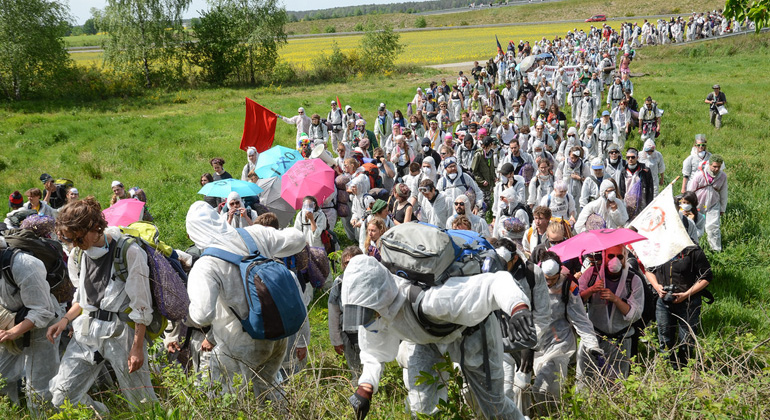"""ende-gelaende.org   Hunderte Demonstranten des Bündnisses """"Ende Gelände"""" sind unterwegs."""