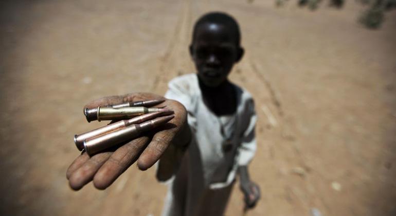 UN Photo   Albert González Farran  Kind mit Patronen in Darfur