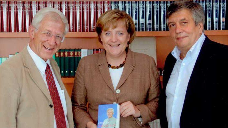 bundesregierung.de | Guido Bergmann | Bei diesem Treffen im Jahr 2008 begeisterten Hermann Scheer und Franz Alt die Bundeskanzlerin mit der Idee einer Weltagentur für Erneuerbare Energien (IRENA). Angela Merkel versprach, sich für IRENA stark zu machen. Zwei Jahre später wurde IRENA in Bonn gegründet.