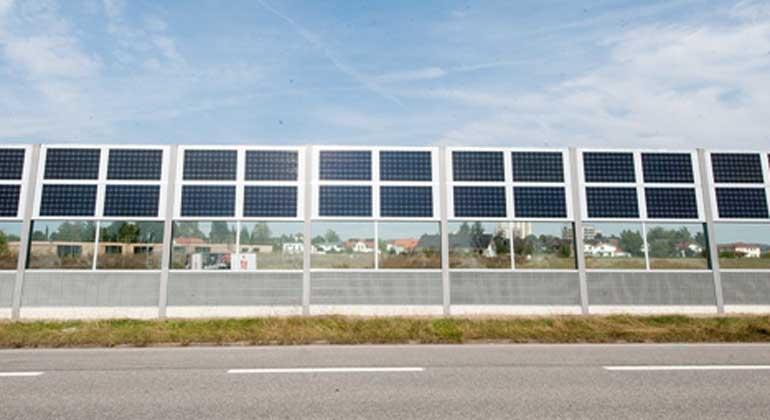 Solar-professionell   Ein beispielhaftes Konzept für Gestaltung und Finanzierung einer Lärmschutzwand mit integrierter Photovoltaik wurde 2016 in der oberbayerischen Gemeinde Neuötting entlang der Staatsstrasse 2550 realisiert.