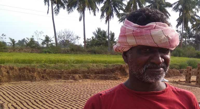 """ANDHERI HILFE   Ravi, ehemaliger """"Schuldknecht"""" und heute stolzer Teilhaber einer Ziegelkooperative in Tamil Nadu/Südindien"""
