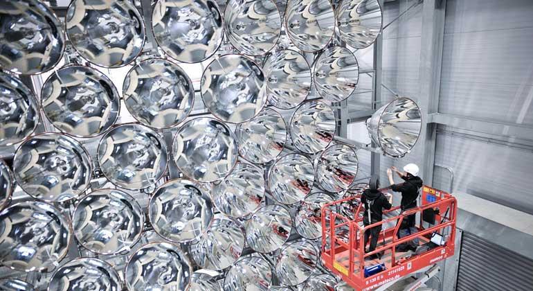 DLR   Markus Hauschild   149 Hochleistungsstrahler können gebündelt ein Vielfaches der Sonnenstrahlung erzeugen.