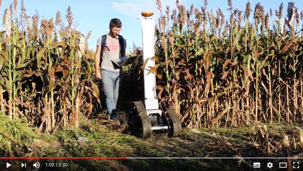 Illinois1867   Screenshot youtube.com   Forscher überwacht innovativen Agrarroboter