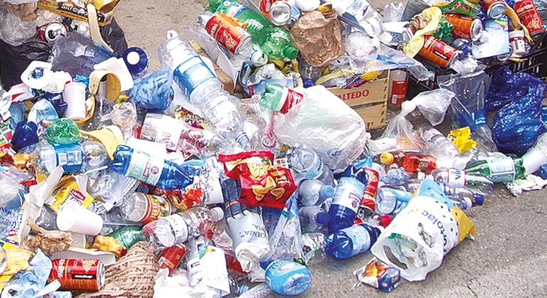 pixelio.de | Ariane-Sept | Plastikflaschen belasten weltweit die Umwelt. Zwar gibt es in Deutschland ein Pfandsystem, doch die Flut an Einwegflaschen ist damit nicht zu stoppen.