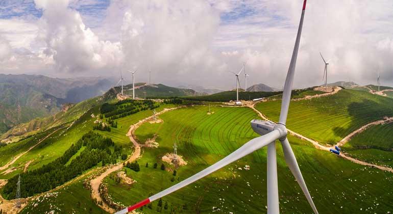 Hahaheditor12667 / Wikimedia Commons, CC BY-SA 4.0) | Ein Windpark auf einer Bergkuppe in der chinesischen Kohleprovinz Shanxi.