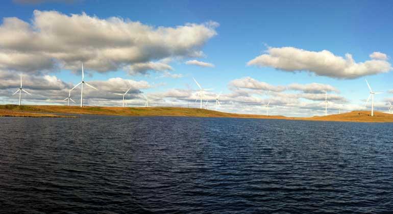 Wikimedia Commons | Bjmullan | CC BY-SA 3.0 | Bereits jetzt deckt die Windkraft 60 Prozent des Strombedarfs Schottlands, im Dezember 2016 produzierten die Anlagen sogar vier Tage hintereinander mehr Strom als das Land verbrauchen konnte.