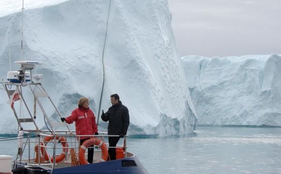 Bundesregierungonline_Bergmann | 2007: Angela Merkel begutachtet die Folgen des Klimawandels in Grönland.