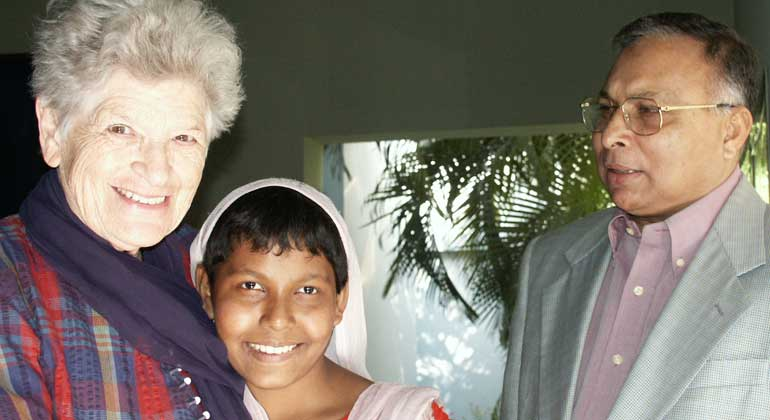 Bigi Alt | Rosi Gollmann, Hasna Begum, die einmillionste Operierte und Professor Dr. Rabiul Hossain, der Chefarzt des Augenhospitals in Chittagong - 2003.