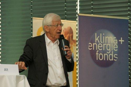 oekonews.at | W.J.Pucher | Der Buchautor und Journalist Franz Alt war der Festredner auf der Sonnenhaus-Tagung. Er machte eindrucksvoll klar, dass es höchste Zeit ist, mehr für die Energiewende und den Klimaschutz zu tun.