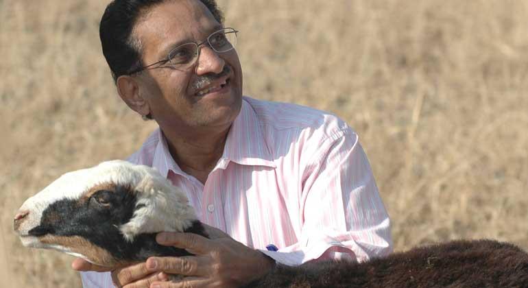 ANDHERI HILFE | Dr. Baig ist Projektkoordinator in dem Schafhirten-Projekt in Karnataka/Westindien, in welchem Jana Jagaran und ANDHERI HILFE den sozial besonders an den Rand gedrängten Schafhirtenfamilien Überlebens- und Entwicklungschancen eröffnen.
