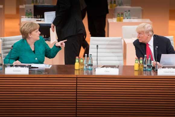Bergmann - g20.org | Bundesregierung | Bundeskanzlerin Angela Merkel im Gespräch mit US-Präsident Donald Trump vor Beginn der dritten Arbeitssitzung.