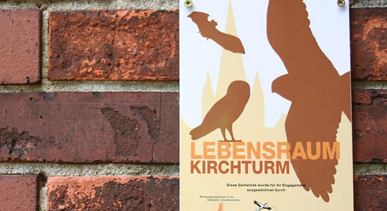 """Helge May   """"Lebensraum Kirchturm""""-Plakette an einer ausgezeichneten Kirche"""