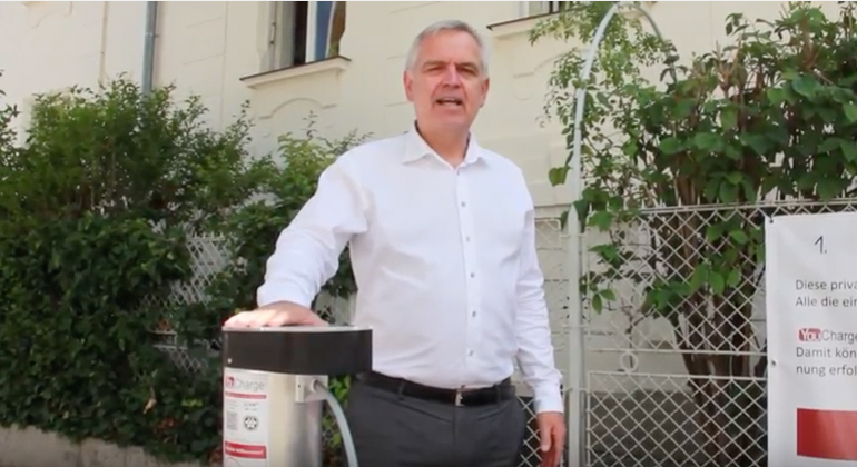 Enio GmbH | Friedrich Vogel, Geschäftsführer der Enio GmbH stellt die erste private Haus-Stromtankstelle für die öffentliche Straße vor