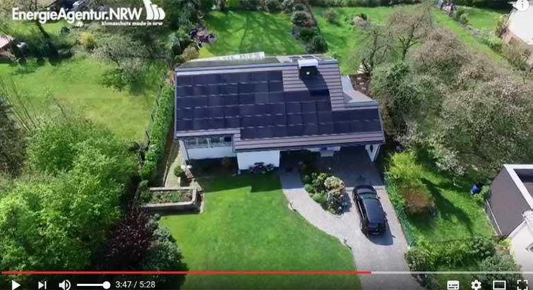 EnergieAgenturNRW | Mit seinen 91 PV-Modulen und der passenden Lithium-Ionen-Batterie versorgt sich Thomas Koch jetzt nahezu komplett selbst mit Solarstrom.