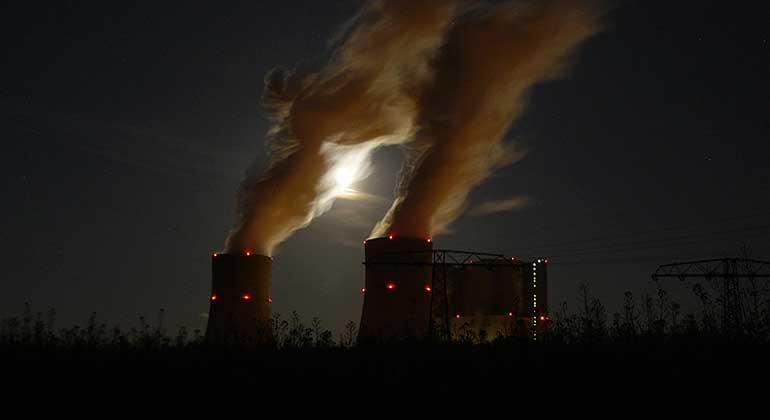 SPBer/Wikimedia Commons | Sieht nicht gerade sauber aus, muss aber wohl trotzdem nicht nachrüsten: Das Kraftwerk Schwarze Pumpe in der Lausitz hält auch die neuen Grenzwerte schon ein.