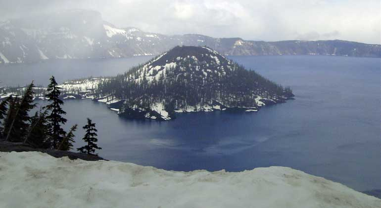 pixelio.de | WBroemme | Stanford researchers detail a new method for locating lithium in lake deposits from ancient supervolcanoes, which appear as large holes in the ground that often fill with water to form a lake, such as Crater Lake in Oregon, pictured here.