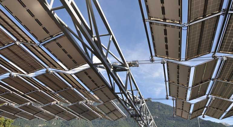 IBC ENERGIE WASSER CHUR | Am Mittwoch wurde das erste faltbare Solar-Dach weltweit in Chur eingeweiht. Es ist über der Kläranlage ARA Chur angebracht.