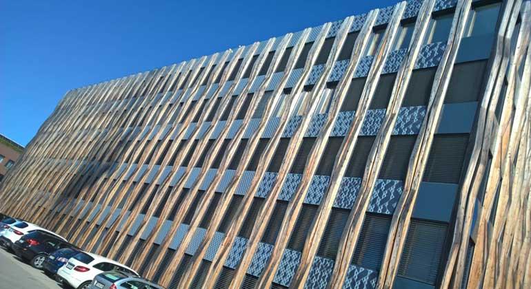 Ed. Züblin AG | An der Südfassade des ZÜBLIN-Gebäudes Z3 in Stuttgart demonstriert das Forschungsprojekt Construct-PV das multifunktionale Potenzial größenvariabler Photovoltaikmodule für die Gebäudehülle.