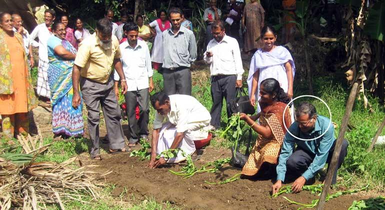 ANDHERI HILFE | Henry Valder konnte mit Spenden aus Deutschland eine landwirtschaftliche Ausbildung machen. Seit über 40 Jahren ist er mit der ANDHERI HILFE verbunden: die meiste Zeit als Mitarbeiter in Projekten mit Kleinbauern in Karnataka/Westindien.