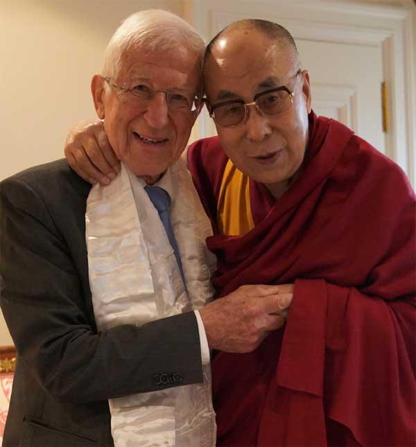 Herzliches Wiedersehen: Franz Alt (links) traf den Dalai Lama zum Gespräch in Frankfurt.
