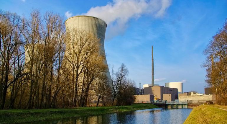Depositphotos   Ansebach   Das Atomkraftwerk Gundremmingen ist unzureichend gegen terroristische Angriffe geschützt. Der Betonmantel beider Reaktoren ist zu dünn, um gegen den Absturz größerer Verkehrsmaschinen geschützt zu sein.