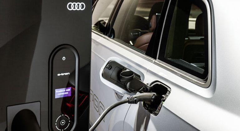 AUDI   Audi Q7 e-tron 3.0 TDI quattro, Ladedock mit Bedieneinheit, elektrisches Laden