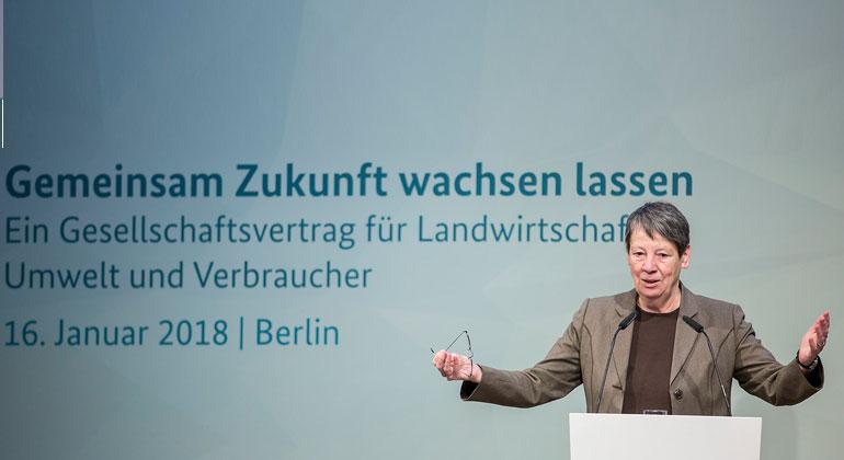BMUB/Florian Gärtner | Bundesumweltministerin Dr. Barbara Hendricks hat im Rahmen des zweiten BMUB-Agrarkongresses am 16. Januar in Berlin ihre Vorstellungen für einen breiten gesellschaftlichen Agrar- und Umweltkonsens skizziert.