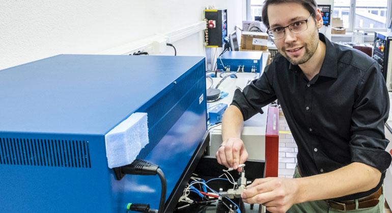 Empa.ch   Forschung am Wasser-Elektrolyt: Empa-Forscher Ruben-Simon Kühnel schliesst eine Test-Zelle mit der konzentrierten Salzlösung ans Ladegerät an. In mehreren Lade- und Endladezyklen wird die Stabilität des Systems ermittelt.