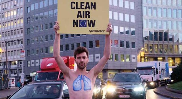 Greenpeace   Tim Dirven   Bundesumweltministerin Hendricks muss der EU-Kommission in Brüssel erklären, wie die zu hohen Stickoxidwerte in Deutschlands Städten gesenkt werden sollen. Aktivisten protestieren vor dem Gebäude gegen die bisherige Untätigkeit.