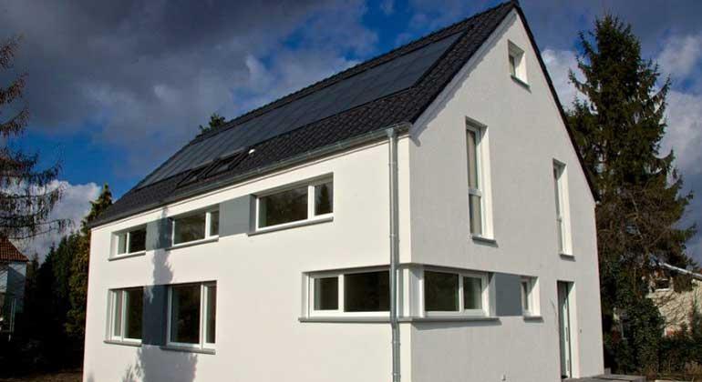 isfh.de | Demonstrationsgebäude für ein neuartiges Sonnenhauskonzept mit direkter solarthermischer Bauteilaktivierung und Wärmepumpenheizung anstatt großem Pufferspeicher mit Holzofen.
