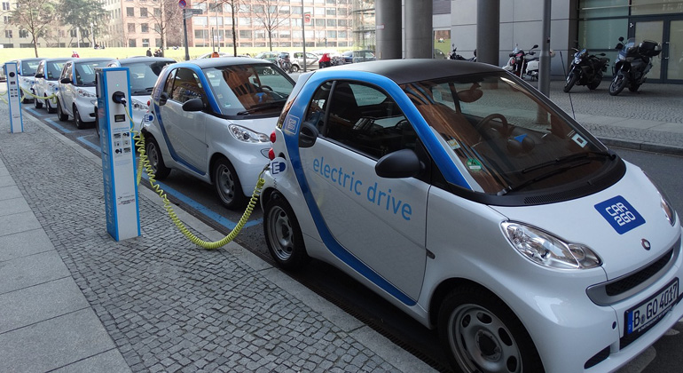 Charge your electric car by smartphone – thanks to LEGIC Connect