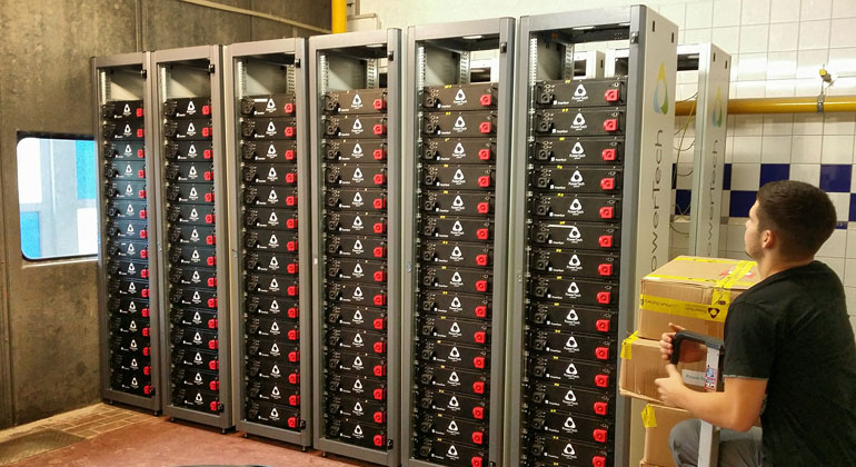 Fraunhofer ISE   Installation des Batteriespeichersystems auf Borkum.
