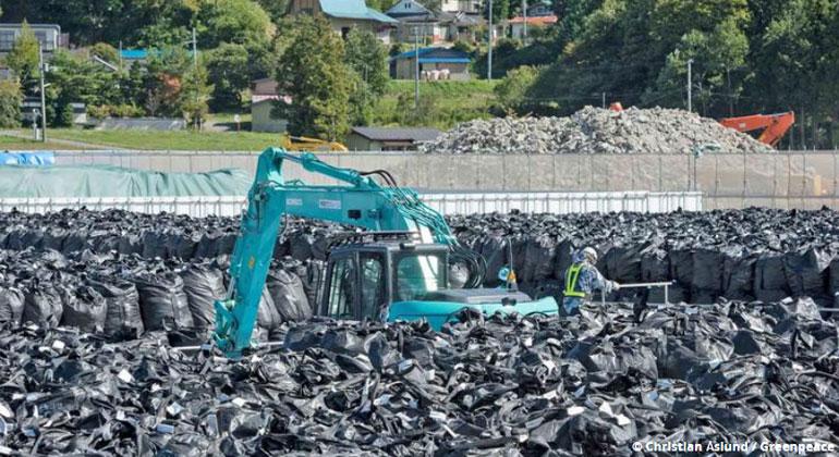 greenpeace.de | Christian Aslund | Der Versuch Japans, die Region um das 2011 explodierte AKW Fukushima von der Radioaktivität zu säubern, hat zu 8,4 Millionen Kubikmetern radioaktivem Abfall geführt. Er lagert in Plastiksäcken verpackt am Wegesrand, im Wald und vor Schulen. 141.000 solcher atomarer Lager gibt es in der Region. Frei von der gefährlichen Strahlung ist sie deswegen aber noch lange nicht.