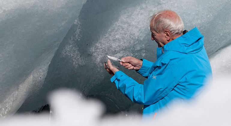 zwischenhimmelundeis.weltkino.de | Der Gletscherforscher Claude Lorius kam mit 80 Jahren noch einmal in sein Sehnsuchtsland Antarktis zurück.