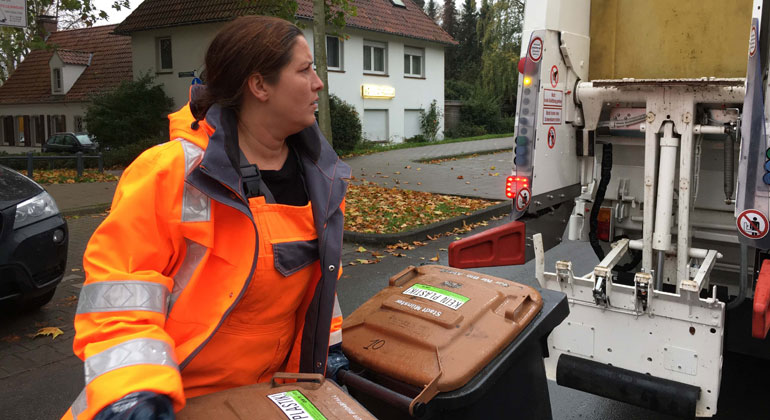 obs/ZDF/Tina Radke-Gerlach   Janine ist Müllwerkerin in Münster. Christian arbeitet gerne bei der Müllabfuhr. Täglich schwere Tonnen zu laden, ist sehr anstrengend.