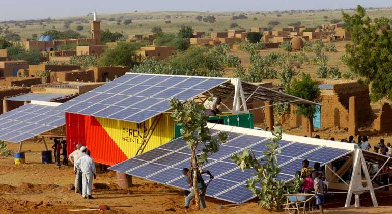 obs/ZDF/Doris Ammon | Ein Solar-Container versorgt das Dorf Amaloul mit Strom.