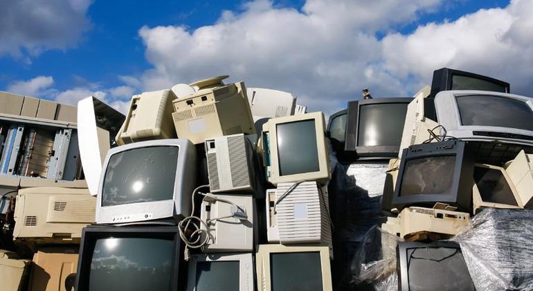 ClipDealer.com | A21989316 | Müllberg: Da zahlt sich Goldgräberei mehr als aus