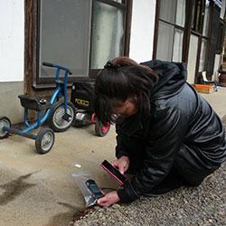 ippnw.de | Ian Thomas Ash | Eine Japanerin misst die Strahlung an ihrem Haus
