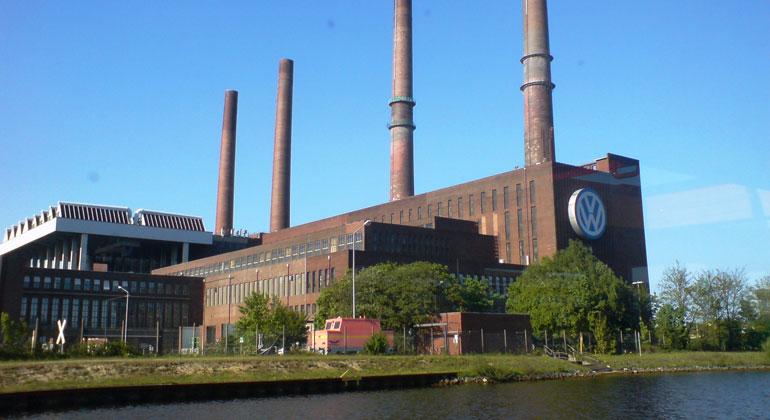 Rolf-Krekeler | pixelio.de | Wie hier bei VW, dürften laut der Studie ab 2035 keine Autos mit Verbrennungsmotoren mehr verkauft werden, um die Pariser Klimaziele im Verkehrssektor einzuhalten.