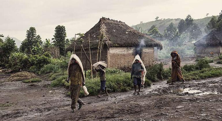 """Kai Löffelbein/Welthungerhilfe   Die sogenannten """"Feeder Roads"""" sind wichtig für das ländliche Kongo. Die ungeteerten, aber befestigten Straßen verbinden Dörfer mit den lokalen Märkten."""