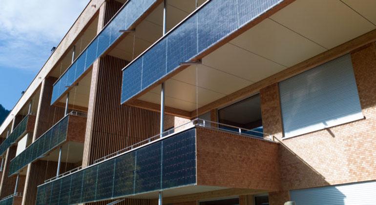 solarhaus-reichenburg.ch/Sanjo Management AG   Die Solarhäuser in Reichenburg versorgen sich selbst mit Solarstrom, der an den Fassaden, auf den Dächern und an einer Schallschutzwand produziert wird. Zudem werden mit dem Solarstrom auch Ladestationen betrieben.