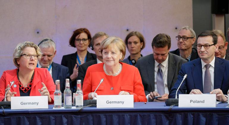 BMU/Thomas Koehler | Klimawandel? Davon haben wir gehört! Umweltministerin Schulze, Bundeskanzlerin Merkel und der polnische Premier Morawiecki (v.l.n.r.) auf dem Petersberger Klimadialog.